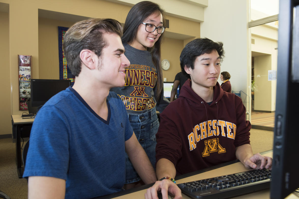 UMR students work together on computers in the library